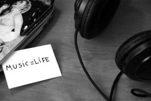 black-and-white-music-headphones-life
